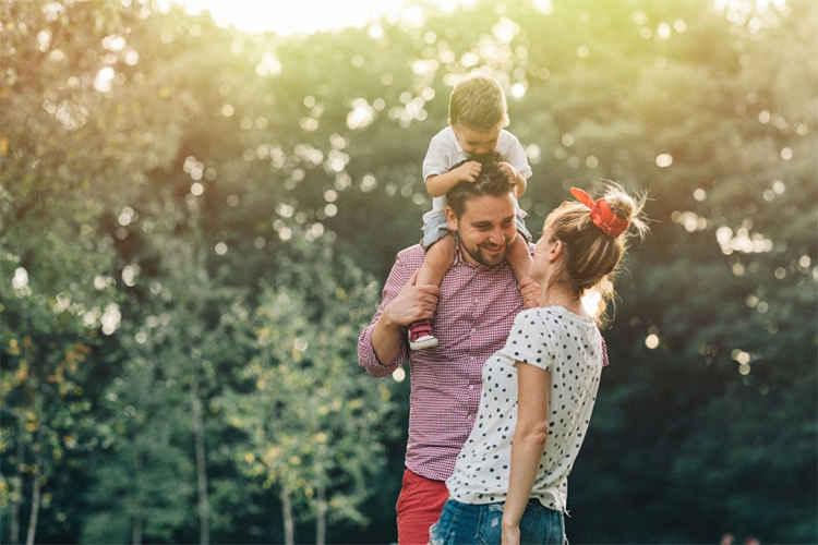 در ارتباط با همسرتان الگوی مناسبی برای پسرتان باشید
