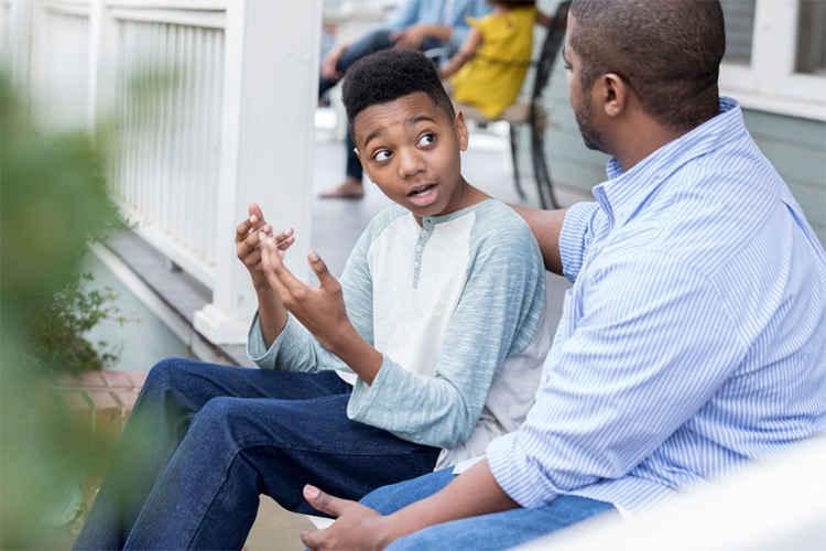 اهمیت گوش دادن در رفتار پدر با پسر